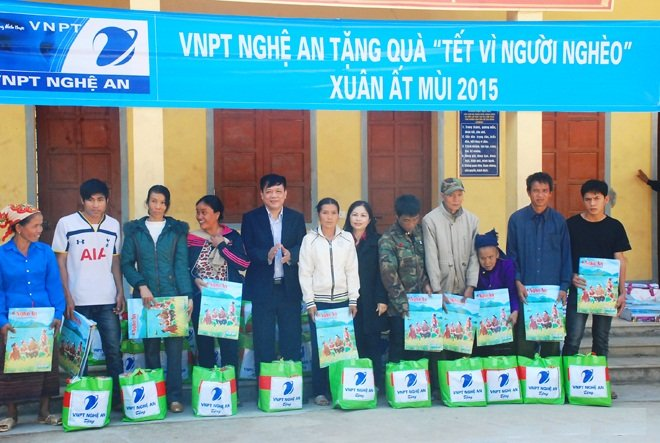 """VNPT Nghệ An tặng quà """"Tết vì người nghèo"""" - Đem niềm vui lên với đồng bào Kỳ Sơn"""