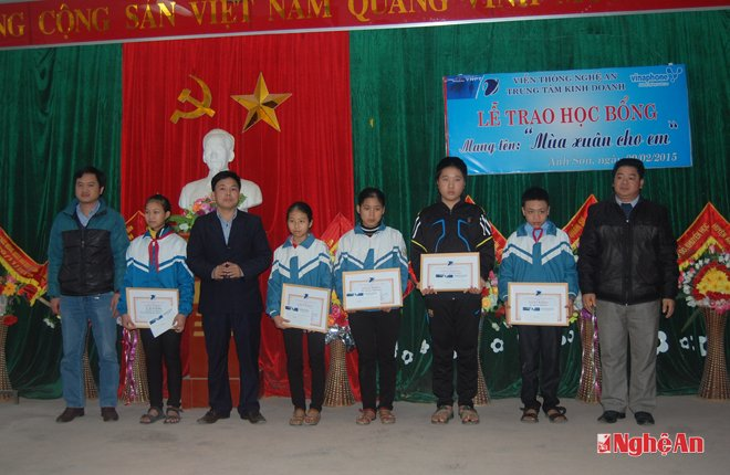 """VNPT Nghệ An trao học bổng """"Mùa xuân cho em"""" tại Anh Sơn"""